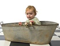 Ragazzo in una vecchia tabulazione del bagno immagini stock