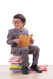 Ragazzo in vestito che legge un libro Fotografie Stock Libere da Diritti