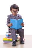 Ragazzo in vestito che legge un libro Immagini Stock Libere da Diritti