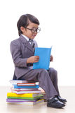 Ragazzo in vestito che legge un libro Fotografia Stock Libera da Diritti