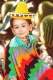 Ragazzo vestito in costume messicano contro Immagine Stock
