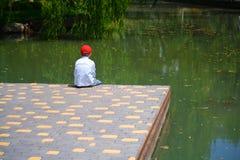 Ragazzo vicino al lago fotografie stock