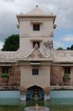 Ragen Sie über das alte Pool am taman Sari-Wasserschloss - der königliche Garten von Sultanat von Jogjakarta hoch Stockfoto
