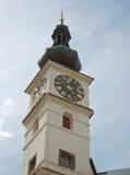 Ragen Sie mit Uhr an Pardubice-Schloss Tschechischer Republik hoch Stockfoto
