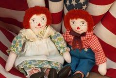 Raggedy Ann u. Andy mit USA-Markierungsfahnen Stockfotos