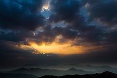 Raggi anticrepuscular di alba in Tai Mo Shan Immagini Stock Libere da Diritti
