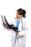 Raggi X d'esame del medico femminile Immagini Stock Libere da Diritti