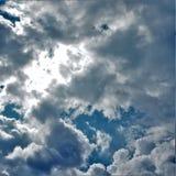 Raggi dei soli che colpiscono la cima del cumulo della costruzione Fotografia Stock