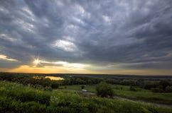 Raggi del sole che attraversa le nuvole di tempesta Immagini Stock Libere da Diritti
