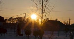 Raggi del sole di riflessione f nell'obiettivo video d archivio