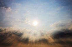 Raggi del sole e della nuvola Immagine Stock