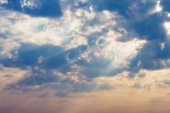 Raggi delle nuvole drammatiche del sole Fotografia Stock