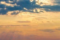Raggi delle nuvole drammatiche del sole Fotografia Stock Libera da Diritti