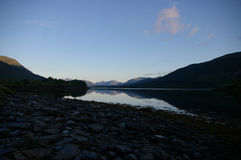 Raggi di alba del Loch sulle montagne Fotografia Stock Libera da Diritti