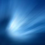 Raggi di indicatore luminoso su una priorità bassa blu Fotografia Stock Libera da Diritti