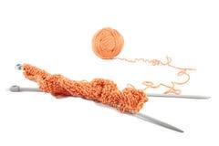 Raggi di lavoro a maglia con la sfera delle lane Fotografia Stock Libera da Diritti