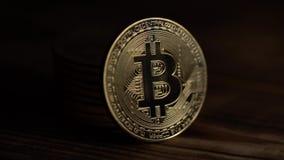 Raggi di luce penetrante dietro un bitcoin potete vedere la fine di resto su archivi video
