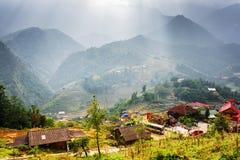 Raggi di luce solare attraverso le nuvole tempestose in Hoang Lien Mountains Immagine Stock