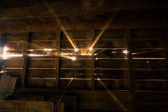 Raggi di luce solare nel granaio Immagini Stock