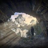 Raggi di sole che entrano in una caverna fotografia stock