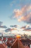 Raggi di sole di mattina sopra la vecchia città e le costruzioni moderne, Tallinn immagini stock libere da diritti