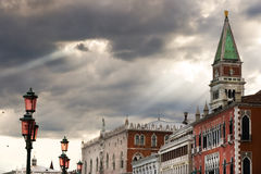Raggi di sole, Grey Skies e la torre di St Mark a Venezia, Italia Fotografia Stock Libera da Diritti