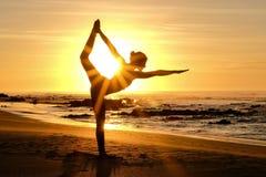 Raggi di sole luminosi dietro la siluetta di formazione matrice degli Yogi immagini stock