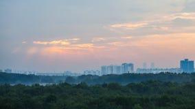 Raggi di sole rosa in cielo di alba sopra la città di Mosca Immagini Stock Libere da Diritti
