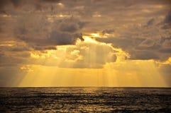 Raggi di sole sopra il mare Immagine Stock