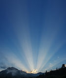 Raggi di sole sopra le montagne Fotografie Stock Libere da Diritti