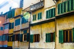 Raggi di sole sulle pareti del Ponte Vecchio a Firenze fotografia stock libera da diritti