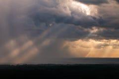 Raggi di Sun che attraversano le nuvole di pioggia Immagini Stock