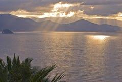 Raggi di Sun che scoppiano attraverso le nubi fotografia stock libera da diritti