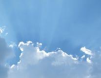 Raggi di Sun che scorrono dopo le nuvole bianche gonfie in cielo Fotografia Stock Libera da Diritti