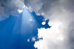 Raggi di Sun in cielo blu Immagini Stock