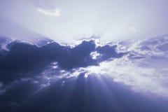 Raggi di Sun dalla riflessione del cielo nuvoloso Immagini Stock Libere da Diritti