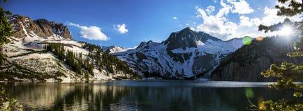 Raggi di Sun del lato del lago panorama di Snowmass di calore della primavera Fotografie Stock