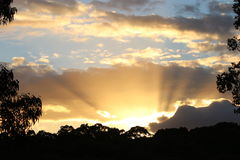 Raggi di Sun di un tramonto Fotografie Stock Libere da Diritti