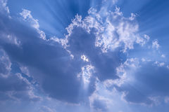 Raggi di Sun dietro le nubi Immagine Stock Libera da Diritti
