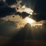 Raggi di Sun fra le nuvole di tempesta Fotografie Stock Libere da Diritti