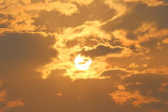 Raggi dorati del sole durante il tramonto Fotografie Stock
