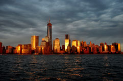 Raggi dorati dell'orizzonte di New York al crepuscolo - Immagini Stock