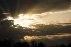 Raggi drammatici di Sun del cielo Fotografia Stock
