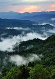 Raggi e nebbia sopra la montagna Fotografia Stock Libera da Diritti