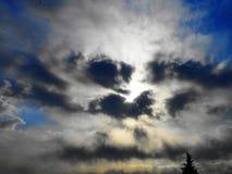 Raggi e nuvola di Sun fotografie stock