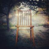 Raggi e sedia di Sun nella priorità alta immagine stock libera da diritti