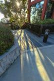 Raggi luminosi che si rovesciano sul pavimento fuori di una costruzione moderna Fotografie Stock Libere da Diritti