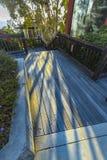 Raggi luminosi che si rovesciano sul pavimento fuori di una costruzione moderna Fotografia Stock Libera da Diritti