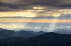 Raggi luminosi dalle montagne appalachiane di NC della strada panoramica blu di Ridge Immagini Stock Libere da Diritti