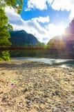 Raggi luminosi di Sun di Kamikochi sopra la kappa-Bashi della montagna Fotografie Stock Libere da Diritti